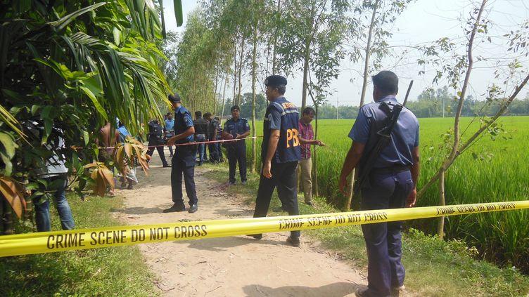 Des policiers bangladais sur les lieux de l'assassinat d'un Japonais, le 3 octobre 2015. (SONY RAMANY / NURPHOTO / AFP)