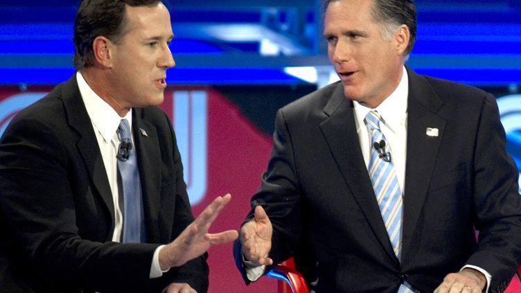 Rick Santorum (G) et Mitt Romney débattent devant les caméras de CNN le 22 février à Mesa, dans l'Arizona (Etats-Unis). (DON EMMERT / AFP)