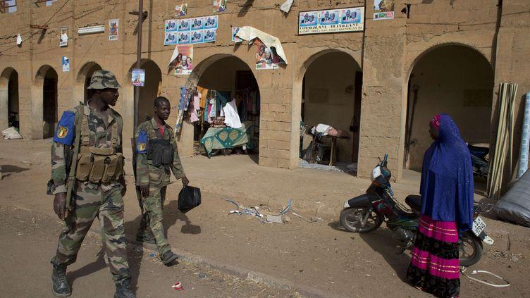 Des soldats maliens patrouillent dans les rues de Gao (Mali), le 25 juillet 2013. (REBECCA BLACKWELL / AP / SIPA)
