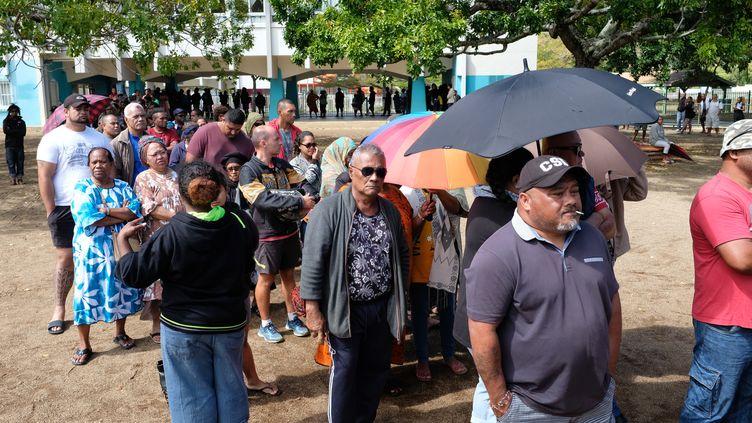 Des électeurs attendent de prendre part au référendum sur l'indépendance de la Nouvelle-Calédonie, le 4 octobre 2020, à Nouméa. (THEO ROUBY / AFP)