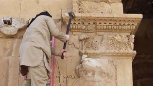 Un jihadiste détruit à coups de masse les bas-reliefs d'un monument de la ville antique d'Hatra en Irak, le 3 avril 2015.  (Uncredited/AP/SIPA )