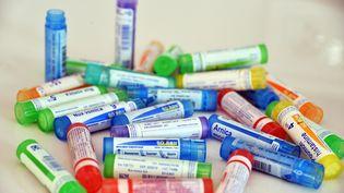 Des tubes de médicaments homéopathiques Boiron, le 15 juillet 2015, à Lyon. (RICHARD MOUILLAUD / MAXPPP)