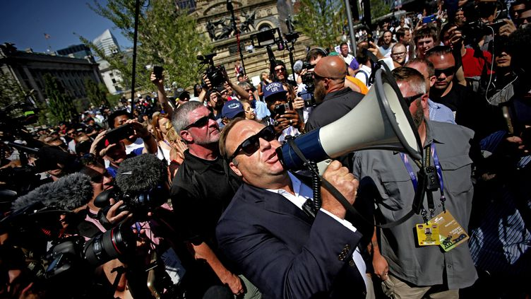 Alex Jones, mégaphone en main, dans les rues de Cleveland (Ohio) en juillet 2016. (Illustration) (BRIAN BLANCO / EPA)