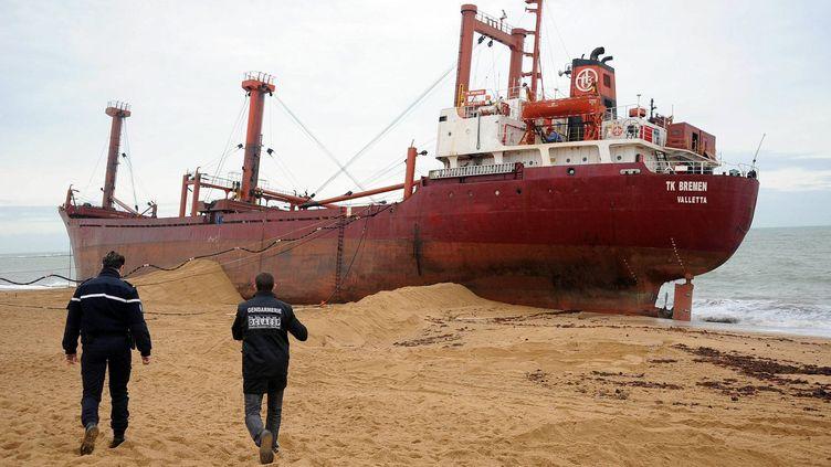Les gendarmes de l'Office central de lutte contre les atteintes à l'environnement et à la santé publique contrôlent le TK Bremen échoué sur la plage de Kerminihy Erdeven (Morbihan), le 20 décembre 2011. (VINCENT MOUCHEL / OUEST FRANCE /MAXPPP)