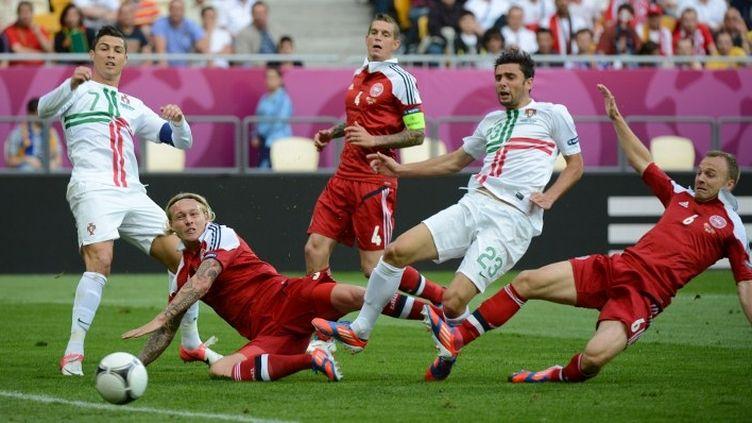 Cristiano Ronaldo (gauche en blanc) et Helder Postiga (droite) à la lutte avec le Danois Simon Kjær