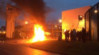Blocage de la prison d'Ecrouves (Meurthe-et-Moselle) par une trentaine de surveillants, le 10 janvier 2017. (BRUNO COURTAUX / FRANCE 3 LORRAINE)