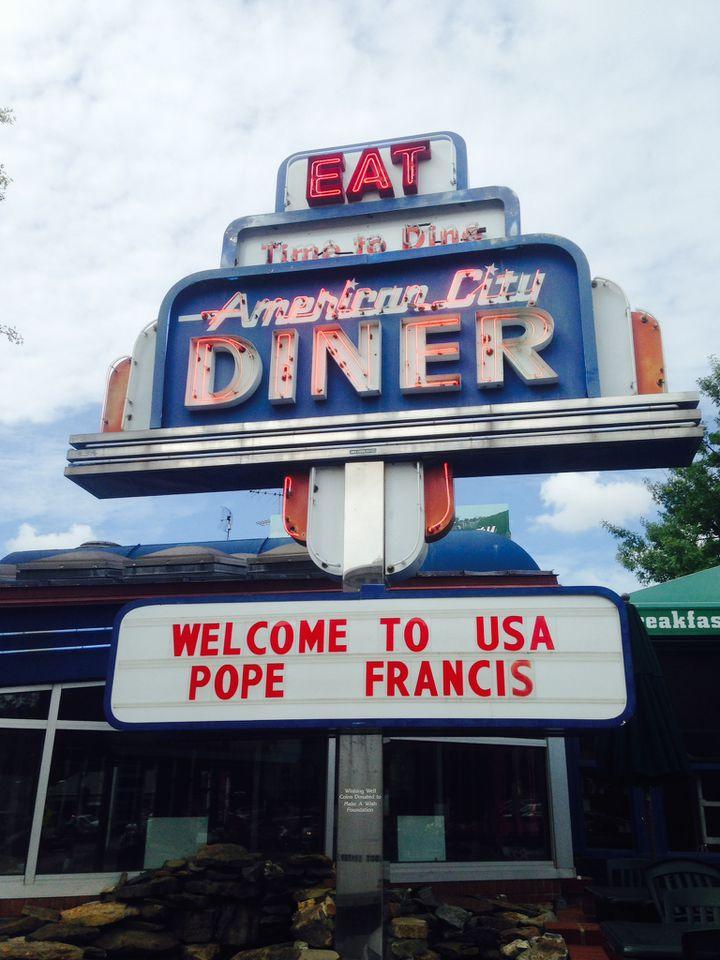 (Des messages de bienvenue pour le pape s'affichent partout à Washington © Radio France - Frédéric Carbonne)