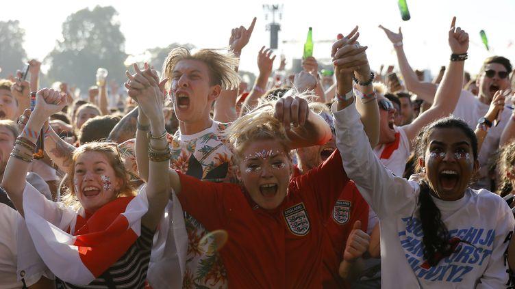 Des supporters anglais fêtent l'ouverture du score de l'Angleterre face à la Croatie, le 11 juillet 2018, à Londres. (TOLGA AKMEN / AFP)