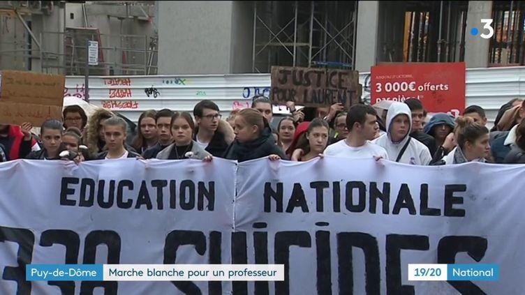 L'hommage rendu à Laurent Gatier, un professeur qui a mis fin à ses jours il y a un mois. Il avait expliqué son geste dans une lettre. C'est après l'annonce du suicide de la directrice d'école de Pantin (Seine-Saint-Denis) que son fils a décidé d'organiser une marche blanche à Clermont-Ferrand (Puy-de-Dôme). (France 3)