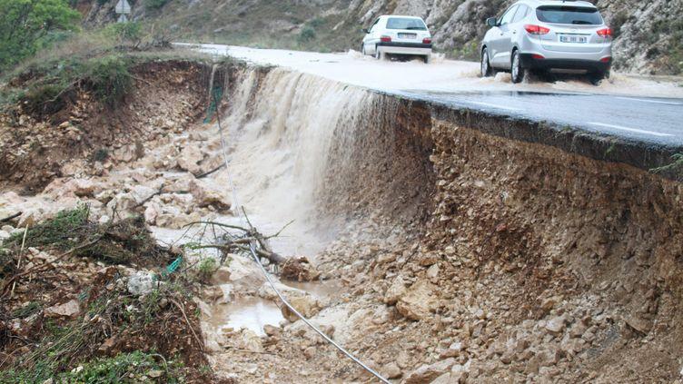 A Plaissan (Hérault), les pluies torrentielles ont abîmé la chaussée, le 29 septembre 2014. (  MAXPPP)