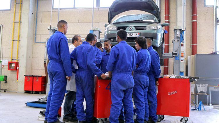 Des jeunes etudient le fonctionnement d'une automobile à Montpellier (Hérault) dans un lycée technique. Image d'illustration. (MAXPPP)