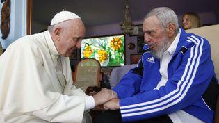 20 septembre 2015. Fidel Castro rencontre le pape François. Le souverain pontife s'est félicité, lors de son séjour, du rapprochement de Cuba et des Etats-Unis. (ALEX CASTRO / AP / SIPA)