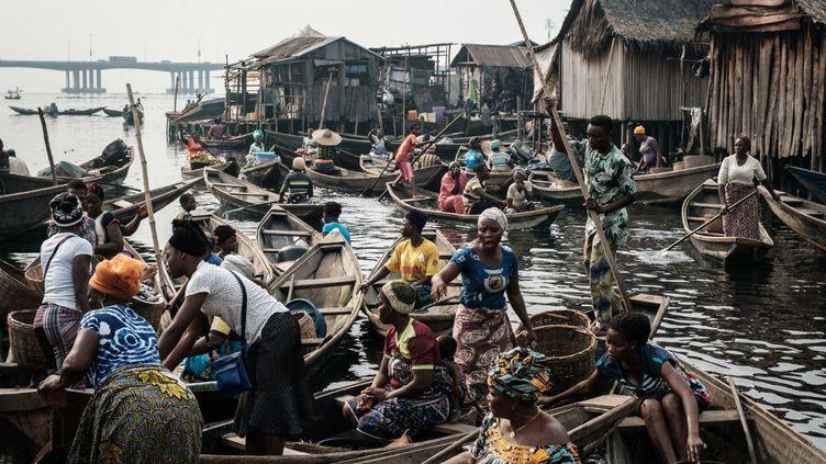 Le bidonville sur l'eau de Makolo illustre l'avancée tentaculaire de la ville de Lagos dans la lagune. (YASUYOSHI CHIBA / AFP)