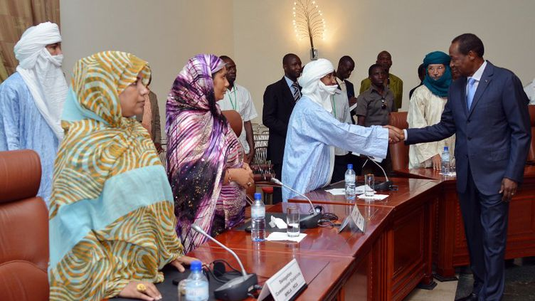 Le président burkinabè, Blaise Compaoré, sert la mains de membres de la délégation touareg, à l'ouverture des discussions sur la crise malienne, à Ouagadougou (Burkina Faso), le 8 juin 2013. (AHMED OUOBA / AFP)