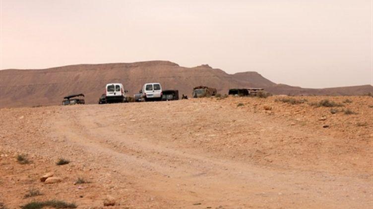 véhicules militaires tunisiens près de Dehiba, le 21 avril 2011 (AFP/Mohamed Haddad)
