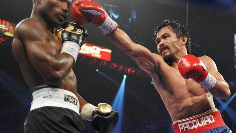 La droite de Manny Pacquiao esquivée par Timothy Bradley