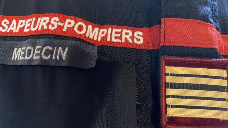 Un insigne de médecin des sapeurs-pompiers (illustration). (MARC BERTRAND / FRANCE-BLEU BASSE-NORMANDIE)