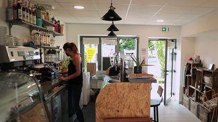Dans un petit village de la Loire, à Chambœuf, Audrey Vigouroux s'est lancé le défi d'ouvrir un bistro-épicerie. Un challenge de taille qui n'entrave pas son optimisme.  (CAPTURE ECRAN FRANCE 2)