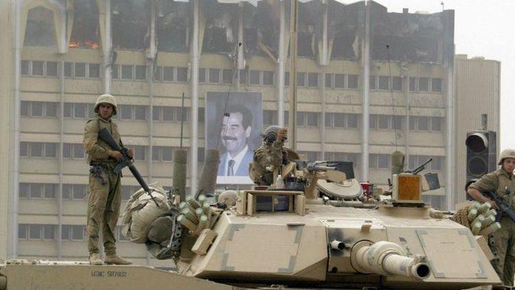Les soldats américains postés devant le ministère du Pétrole à Bagdad le 9 avril 2013 (AFP PHOTO/Ramzi HAIDAR)