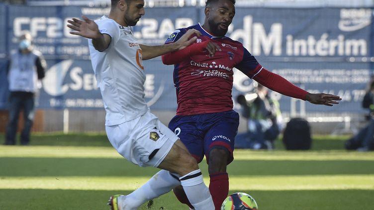Zeki Celik et Vital Nsimba au duel lors de la 10e journée de Ligue 1 entre Clermont et Lille, le 16 octobre 2021. (THIERRY ZOCCOLAN / AFP)