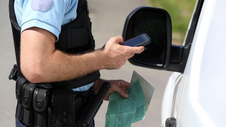 Contrôle de gendarmerie (illustration). (LIONEL VADAM  / MAXPPP)