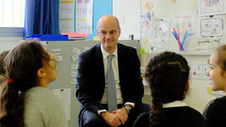 Le ministre de l'Education nationale, Jean-Michel Blanquer, face aux élèves de l'école primaire Daniel-Faucher, à Toulouse, le 24 novembe 2017. (MAXPPP)