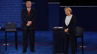 Donald Trump et Hillary Clinton, candidats à la Maison Blanche, lors du deuxième débat présidentiel, à Saint-Louis (Etats-Unis), le 9 octobre 2016. (ROBYN BECK / AFP)