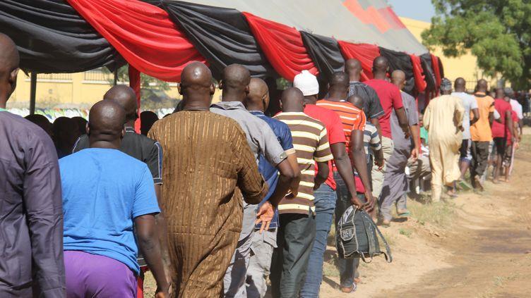 Les détenus libérés par l'armée nigériane se rendent à une cérémonie pourêtre réintégrés,à Maiduguri (Nigéria), le 27 novembre 2019 (AUDU MARTE / AFP)