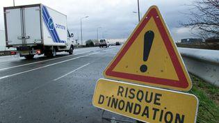 Un panneau prévenant un risque d'inondation sur une route à Lille (Nord). (MAXPPP)