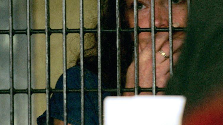 Florence Cassez parle avec son avocat le 23 juin 2006 dans la prison de Mexico. (ALFREDO ESTRELLA/AFP)