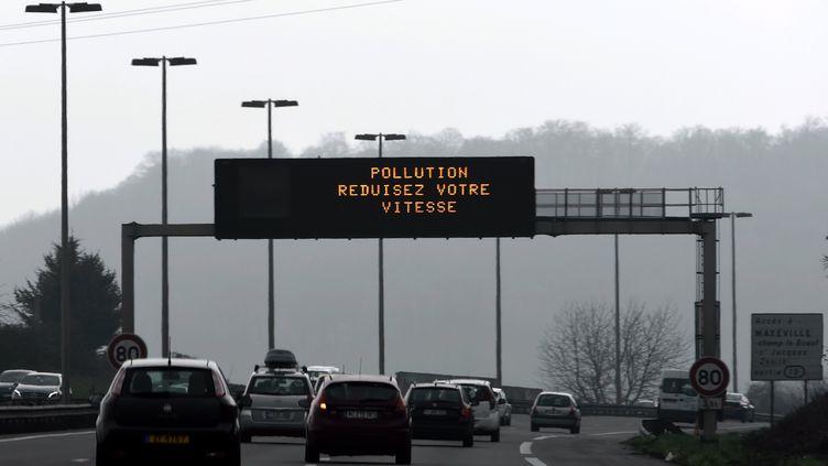 Un panneau d'indication sur l'autoroute A31 demande aux automobilistes de réduires leurs vitesses à cause de la pollution (photo d'illustration). (ALEXANDRE MARCHI / MAXPPP)