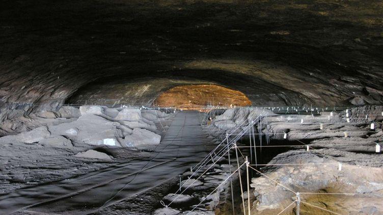 La grotte de Wonderwerk, en Afrique du Sud, où ont été découvertes des traces de combustion. (AP PHOTO / MICHAEL CHAZEN / SIPA)