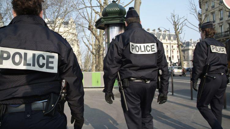 Des policiers patrouillant dans Paris. (JEAN-MARC ROMAIN / PHOTONONSTOP RM)