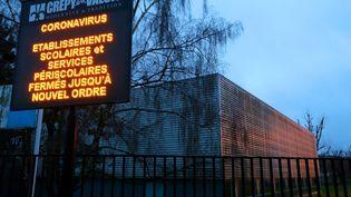Tableau d'affichage devant le lycée Jean de la Fontaine à Crépy-en-Valois (Oise), le 2 mars 2020. (FRANCOIS NASCIMBENI / AFP)