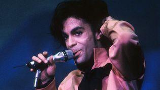 """Prince sur scène à Utrecht (Pays-Bas) durant son """"Sign O' The Times Tour"""" le 21 juin 1987.  (Rob Verhorst/Redferns/Getty Images)"""