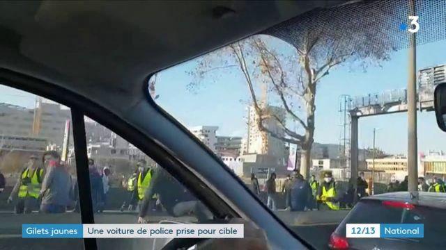 """""""Gilets jaunes"""" : une voiture de police prise pour cible"""