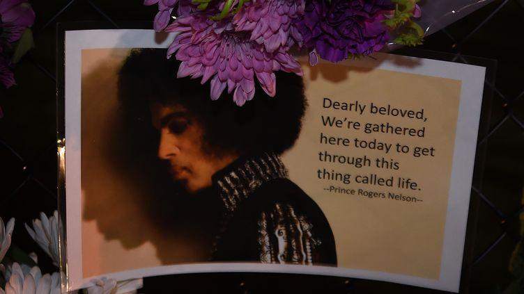Un message laissé par un fan de Prince devant sa résidence de Paisley Park, dans le Minnesota, après la mort du chanteur, le 21 avril 2016. (MARK RALSTON / AFP)