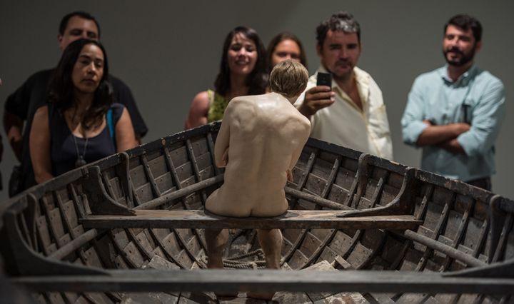 """""""Man in a boat"""" (homme dans un bateau), de Ron Mueck, au MAM de Rio (19 mars 2014)  (Yasuyoshi Chiba / AFP)"""