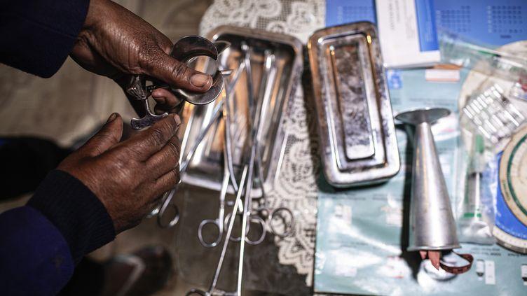 Une femme pratiquant des avortements clandestins montre ses outils de travail dans sa maison à Antananarivo le 25 juillet 2019. (GIANLUIGI GUERCIA / AFP)