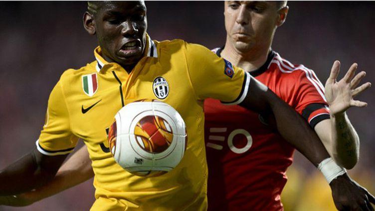 Paul Pogba (Juventus Turin) pressé par Siqueira (Benfica) (PATRICIA DE MELO MOREIRA / AFP)