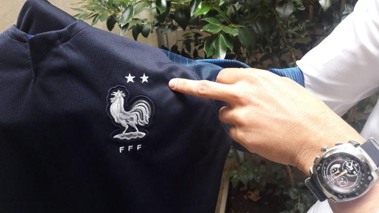 Certains supporters brodent eux-mêmes la deuxième étoile sur le maillot de l'équipe de France. (SANDRINE ETOA-ANDEGUE / RADIO FRANCE)