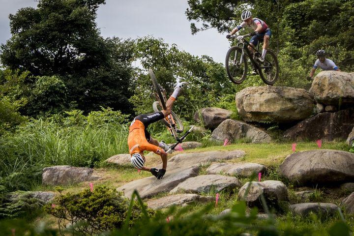 La chute de Mathieu van der Poel lors de la course olympique de VTT cross country, le 26 juillet 2021. (JASPER JACOBS / BELGA MAG)