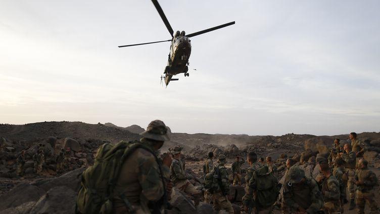 Un hélicoptère Puma atterrit à proximité de légionnaires français, au Mali, le 17 mars 2013. (KENZO TRIBOUILLARD / AFP)