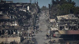 Le camp de Moria dévasté par les flammes, le 10 septembre 2020 à Moria, sur l'île de Lesbos en Grèce. (LOUISA GOULIAMAKI / AFP)