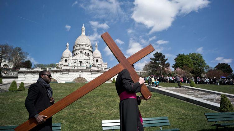 La procession du Vendredi saint, le 14 avril 2017 sur la butte Montmartre, à Paris. (NICOLAS MESSYASZ / SIPA)