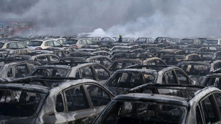 Un pompier sur un site de Tianjin(Chine) dévasté par les explosions, jeudi 13 août 2015. (CHINA DAILY / REUTERS)