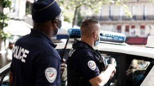 """Des policiers lors de la """"Marche des libertés"""" organisée par plusieurs organisations, associations et syndicats à Paris, le 12 juin 2021. (SAMEER AL-DOUMY / AFP)"""