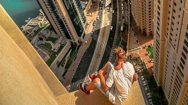 Oleg Sherstyachenko sur le rebord du 43e étage de l'hôtel Sofitel de Dubaï. (OLEGCRICKET )