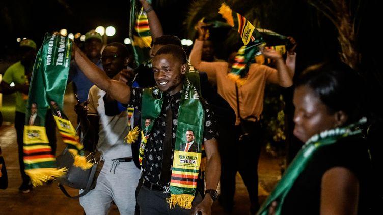 Les partisans d'Emmerson Mnangagwa fêtentla victoire de leur candidat, le 3 août 2018, à Harare (Zimbabwe). (ZINYANGE AUNTONY / AFP)