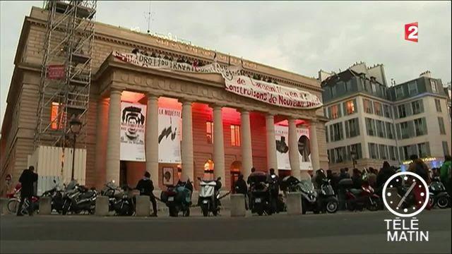 Des intermittents du spectacle envahissent le théâtre de l'Odéon à Paris